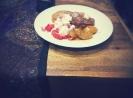 Turfstekerpannekoekjes met aardbeien en stoofpeertjes